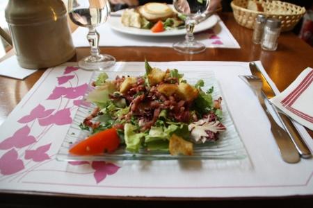 Salade de lardons et salade au chèvre chaud chez la Casuccia