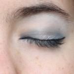 Make-up bleu, yeux fermés